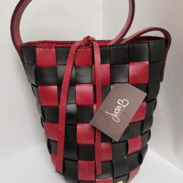 Mochila Colombiana tejida en cuero rojo y negro
