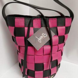 Mochila colombiana tejida en cuero rosado y negro
