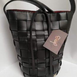 Mochila Colombiana tejida en cuero negro