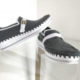 Zapato tejido gris con blanco